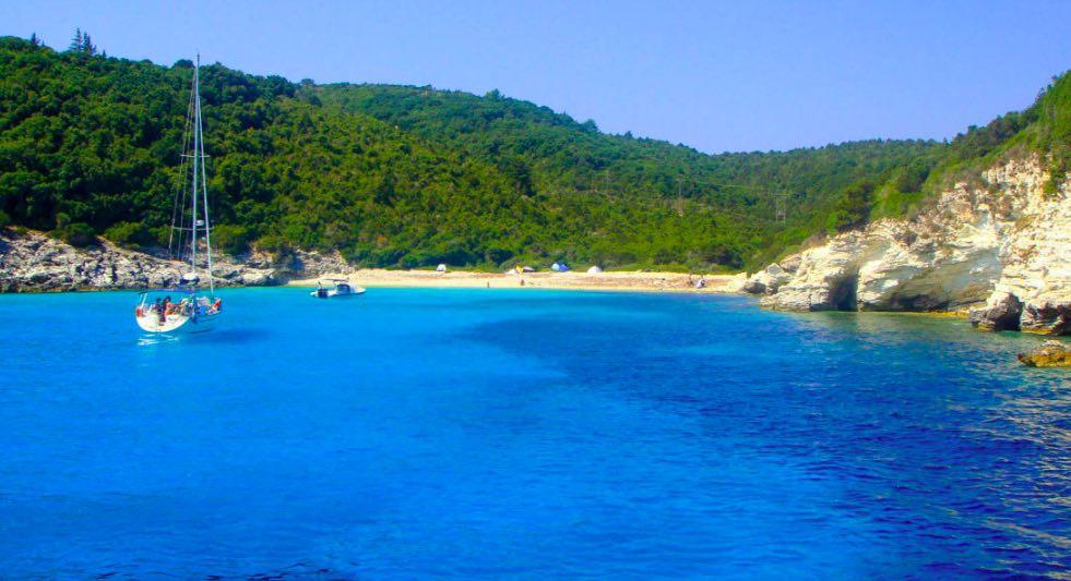 L'acqua è iridescente nella spiaggia di Voutoumi sull'isola di Antipaxos - meteoweek.com