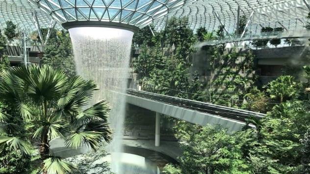 L'aeroporto denominato Giardino Magico con cascata all'interno e giardino - meteoweek.com