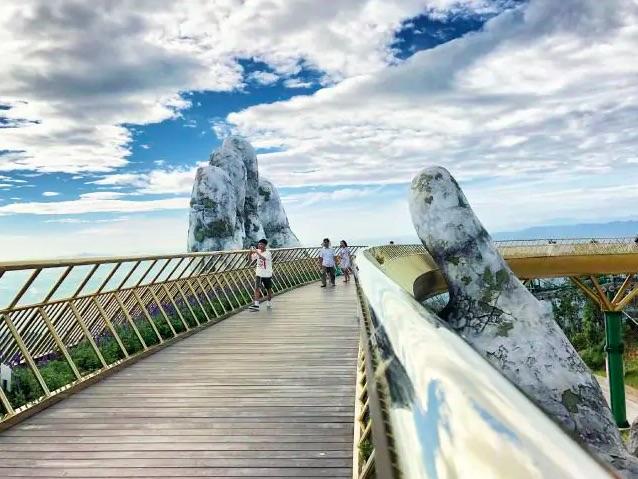 Lo spettacolare Golden Bridge con le sue mani ciclopiche - meteoweek.com