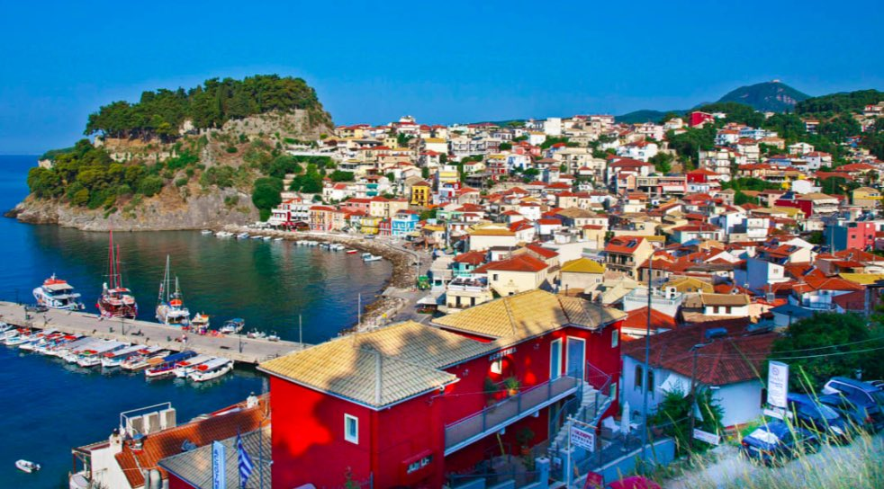 Parga è un pittoresco centro storico che abbraccia la terraferma ma con un'atmosfera da isola - meteoweek.com