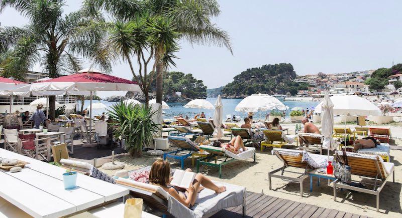 Villa Rossa offre alloggi di lusso alla fine della spiaggia di Kryoneri - meteoweek.com