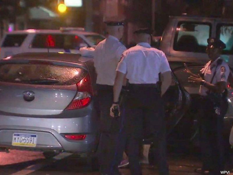 Agenti di polizia davanti l auto che era stata rubata mentre i bambini erano dentro l'11 luglio 2019 a Philadelphia - meteoweek.com