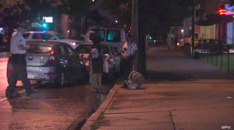 Agenti di polizia davanti l'auto che era stata rubata mentre i bambini erano dentro l'11 luglio 2019 a Philadelphia - meteoweek.com