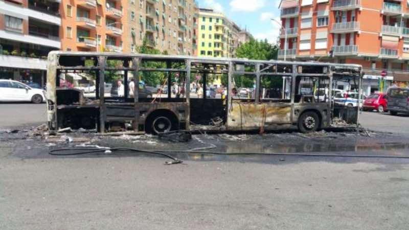 Panico tra i passeggeri della linea bus 671 esploso a Roma zona Appia - meteoweek.com