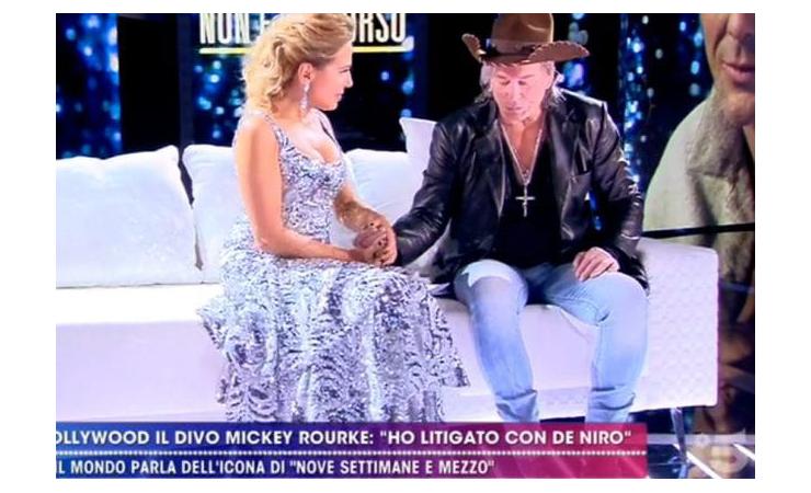 Michey Rourke fa la mano morta, Barbara d'Urso: che imbarazzo | Video - meteoweek.com