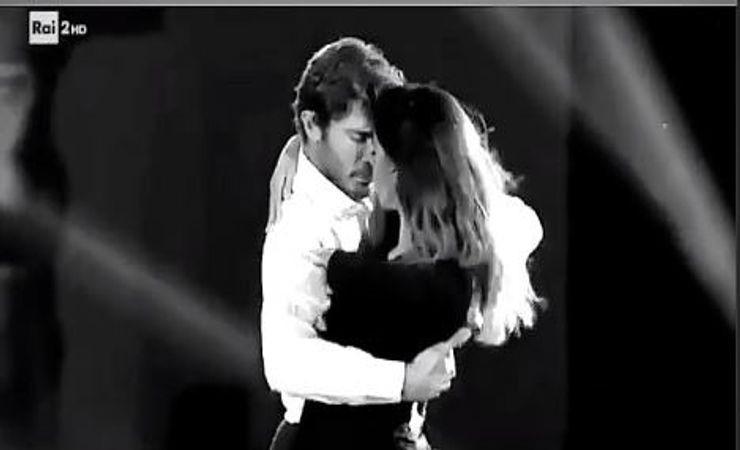 Tango di fuoco | Simona Ventura ruba la scena a Belen e Stefano | Video