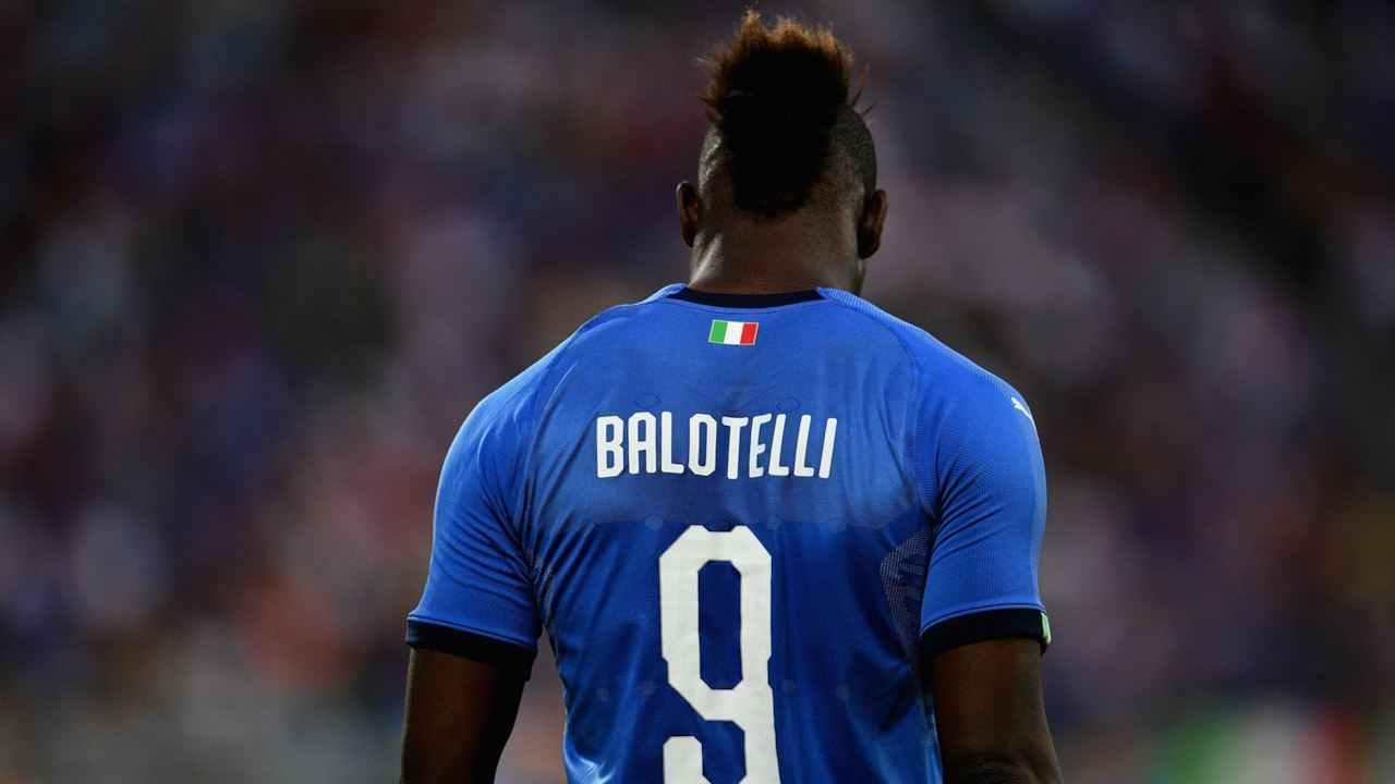 Cori razzisti per Balotelli | Lui minaccia di andarsene. Poi reagisce | Video - meteoweek