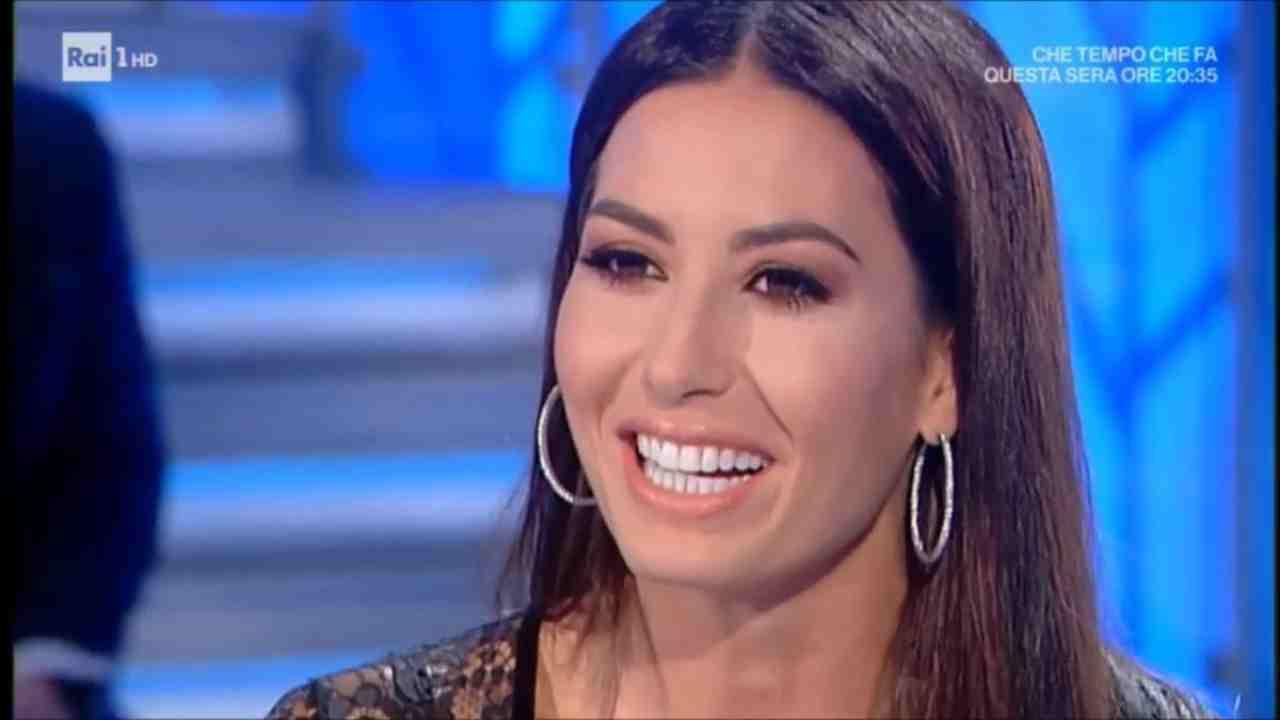 Elisabetta Gregoraci flirta | Sommersa da rose rosse | Video - meteoweek