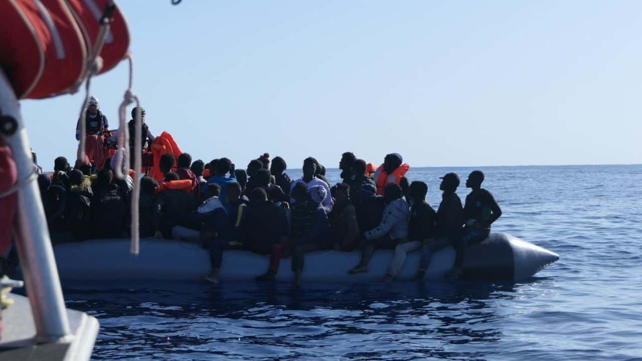Messina, la nave Alan Kurdi attracca al porto con 60 migranti #FOTO