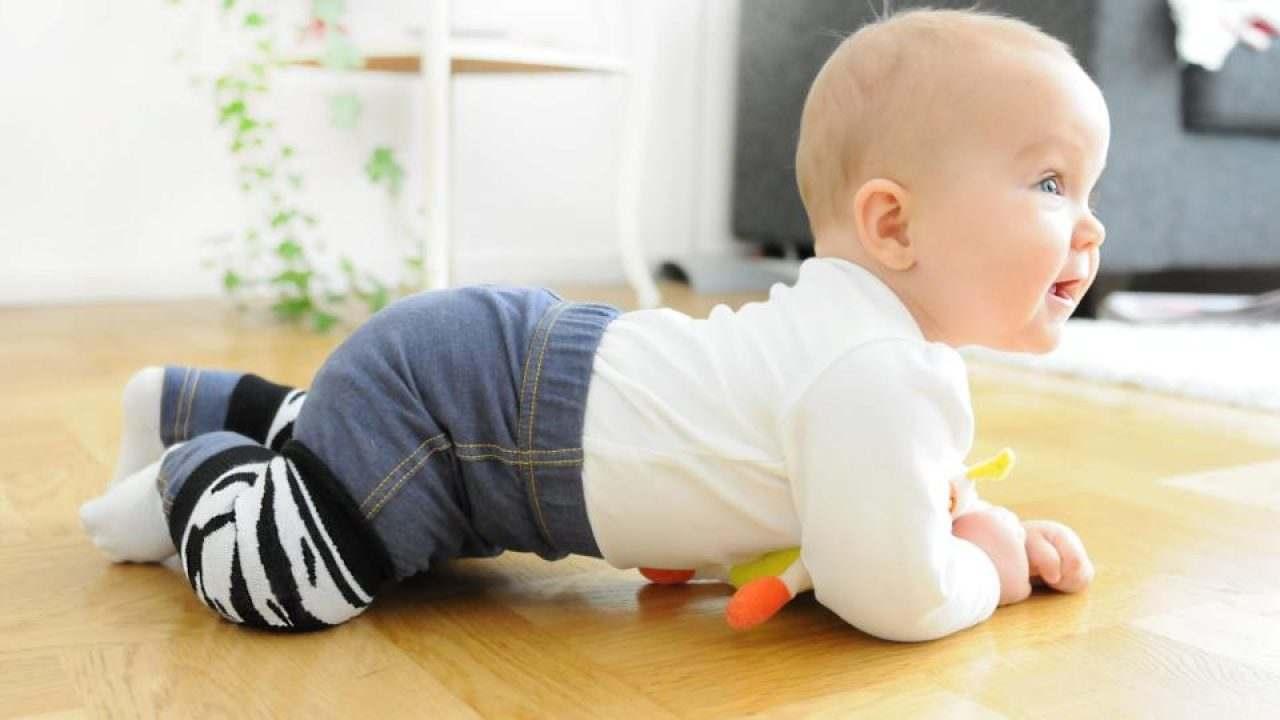 Quando Inizia A Gattonare Neonato i bimbi e il gattonamento: perché è importante questa fase