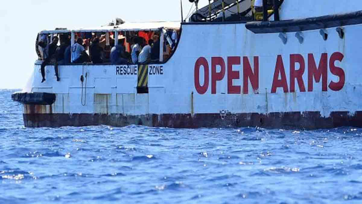 Open Arms sbarco Taranto