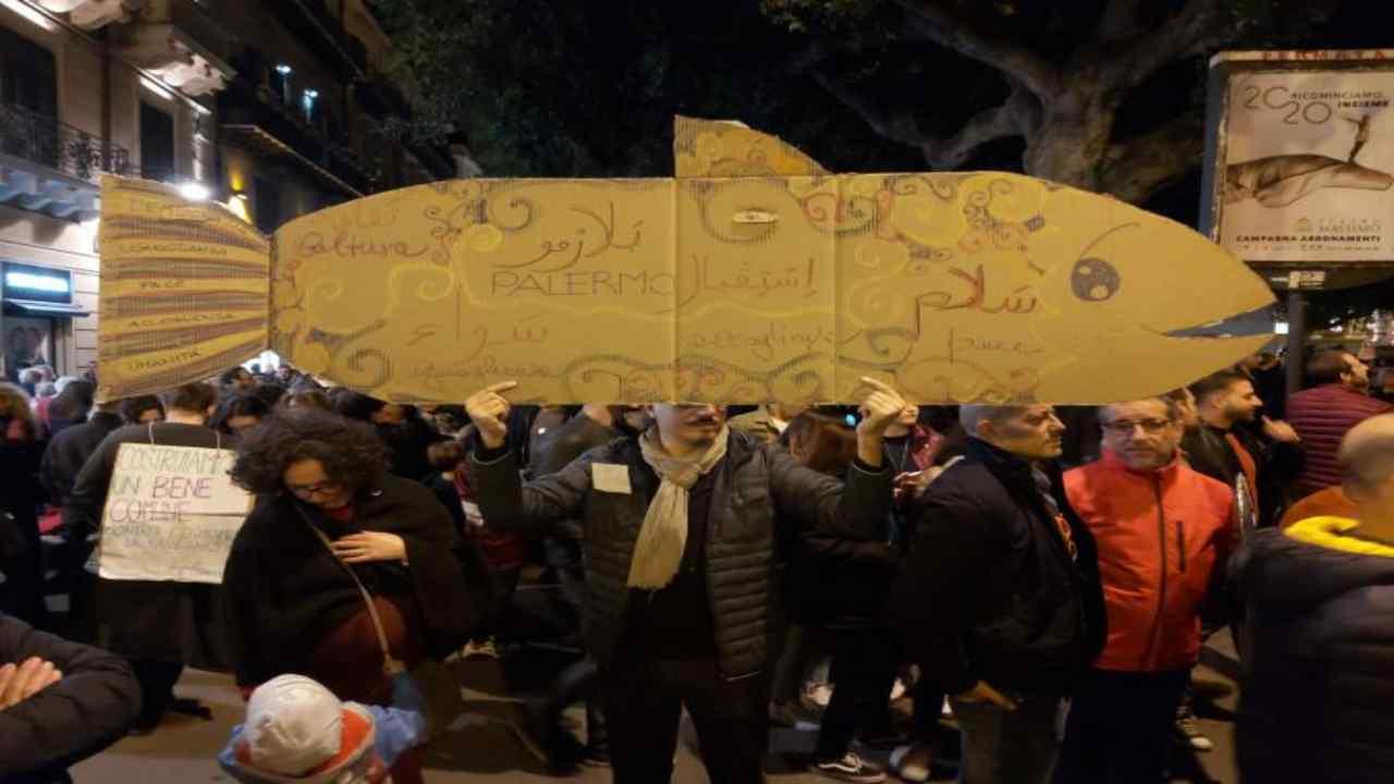 Palermo, le Sardine scendono in piazza: cori e striscioni contro l'intolleranza