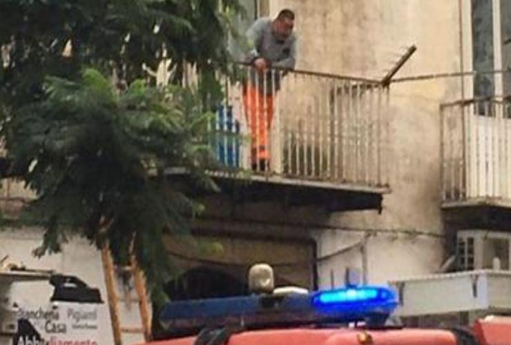 uomo barricato casa napoli