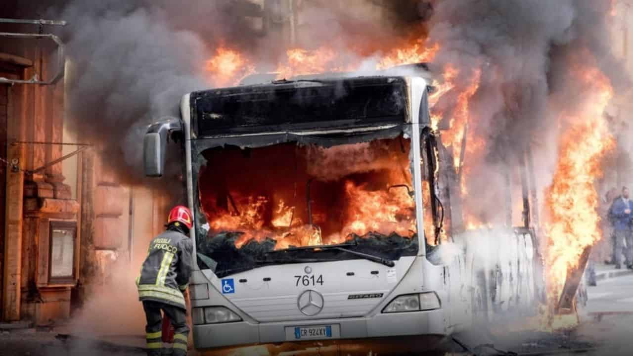Roma atac bus in fiamme
