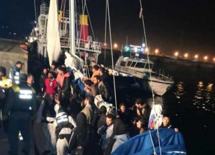 veliero con migranti sbarca in calabria