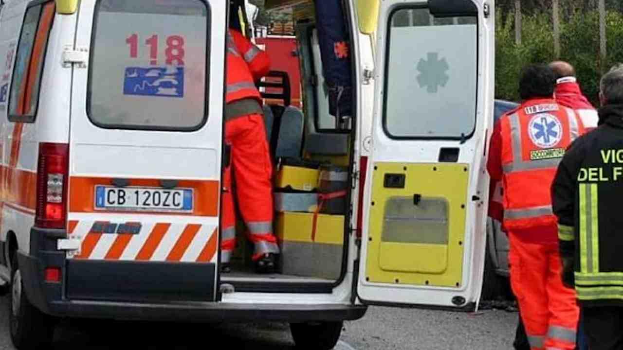 Donna morta in casa, i familiari aggrediscono i soccorritori