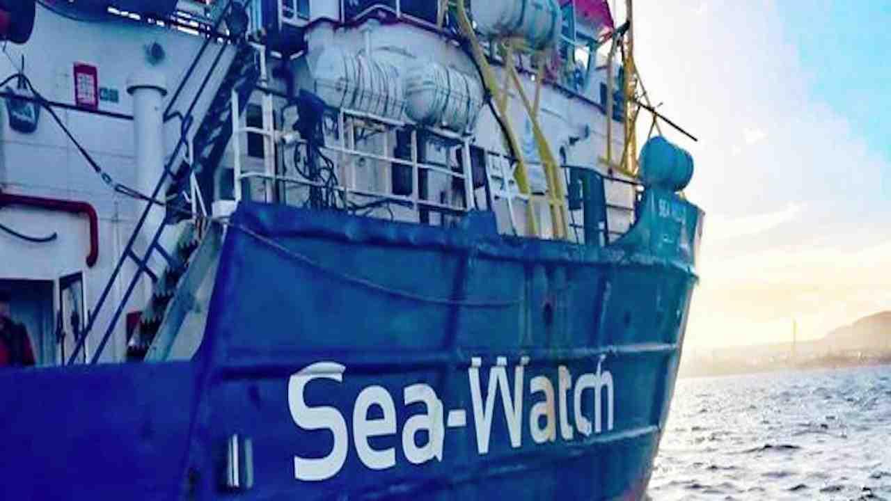 """Migranti, il tweet di Sea Watch: """"Chiesto per 3 volte il por"""