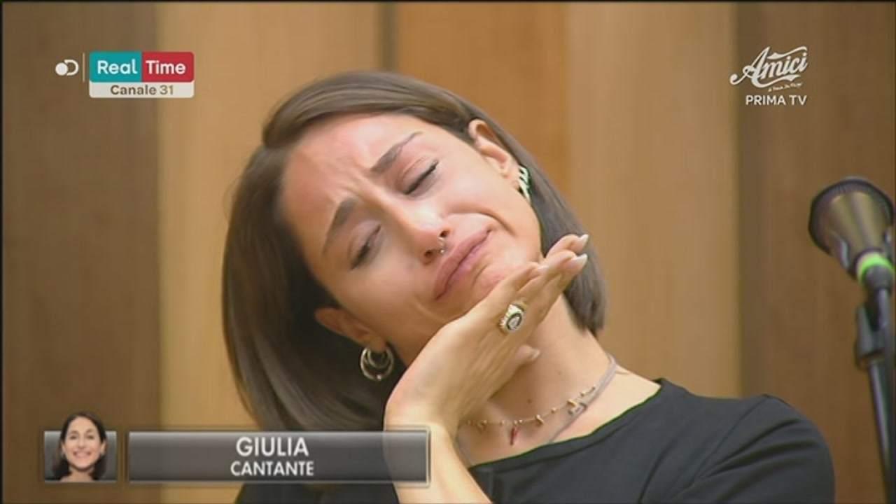 Bullismo contro Giulia ad Amici 19 | Maria De Filippi interv