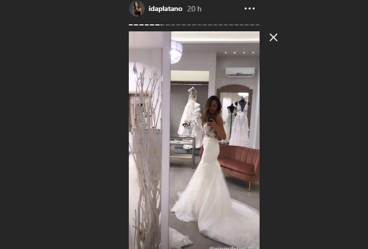 Ida Platano fa vedere l'abito