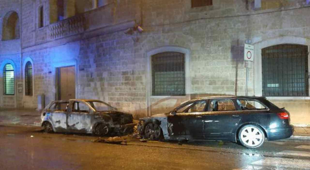 Gioia del Colle: incendiate due auto dei Carabinieri