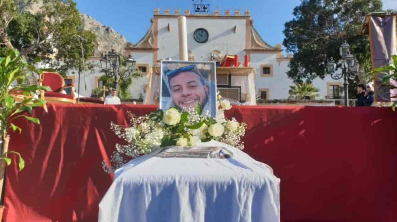 """Tremila persone a Cinisi danno l'ultimo saluto a Paolo """"Ci r"""