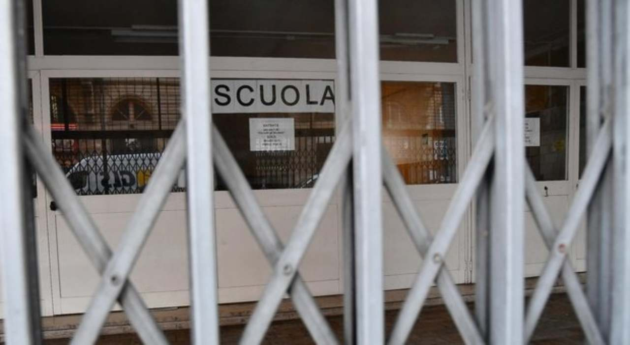 """Chiudono le scuole a Napoli: ufficialmente per """"sanificazion"""