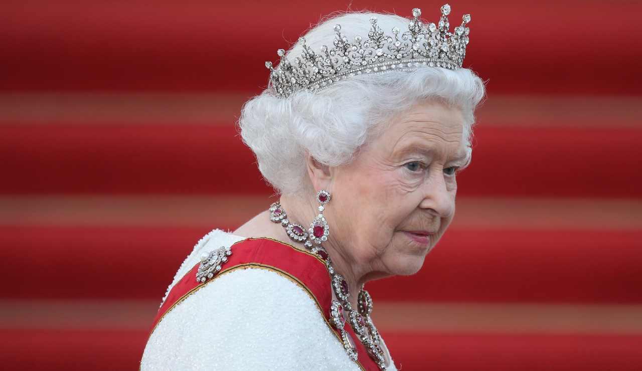 Imbarazzo per la Regina Elisabetta, finisce sul sito a luci