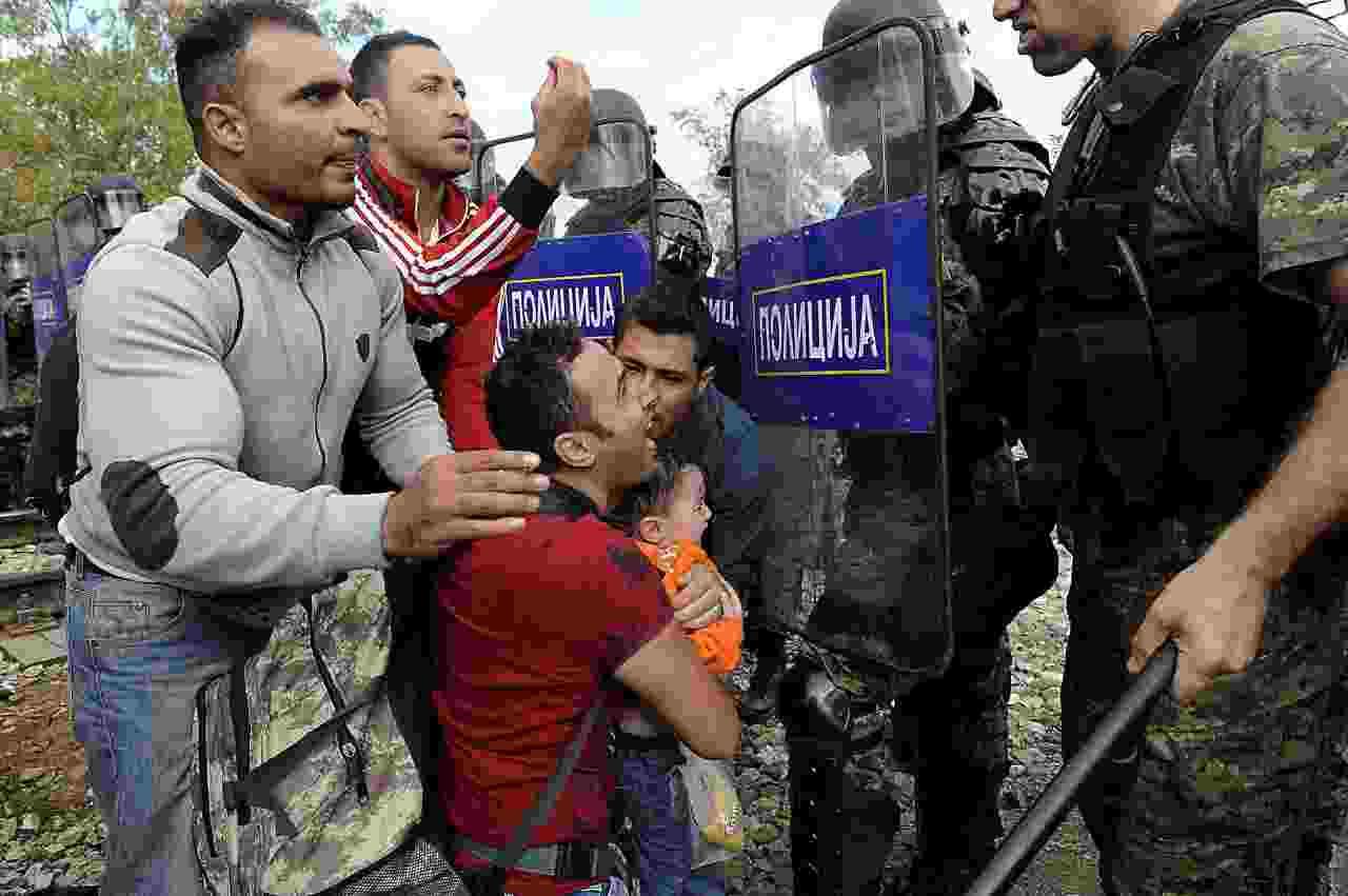 La Grecia non vuole i migranti: bombe stordenti al confine c
