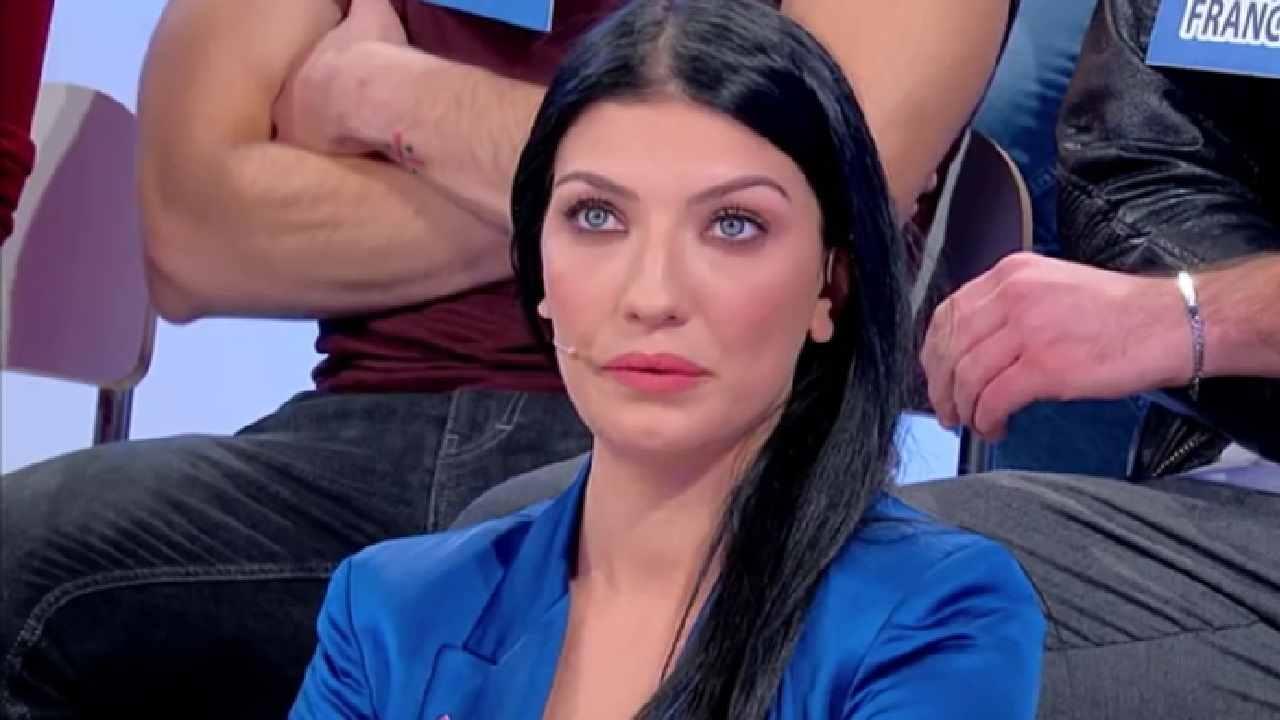 Giovanna Abate mette in discussione Sara | Entrata minaccios