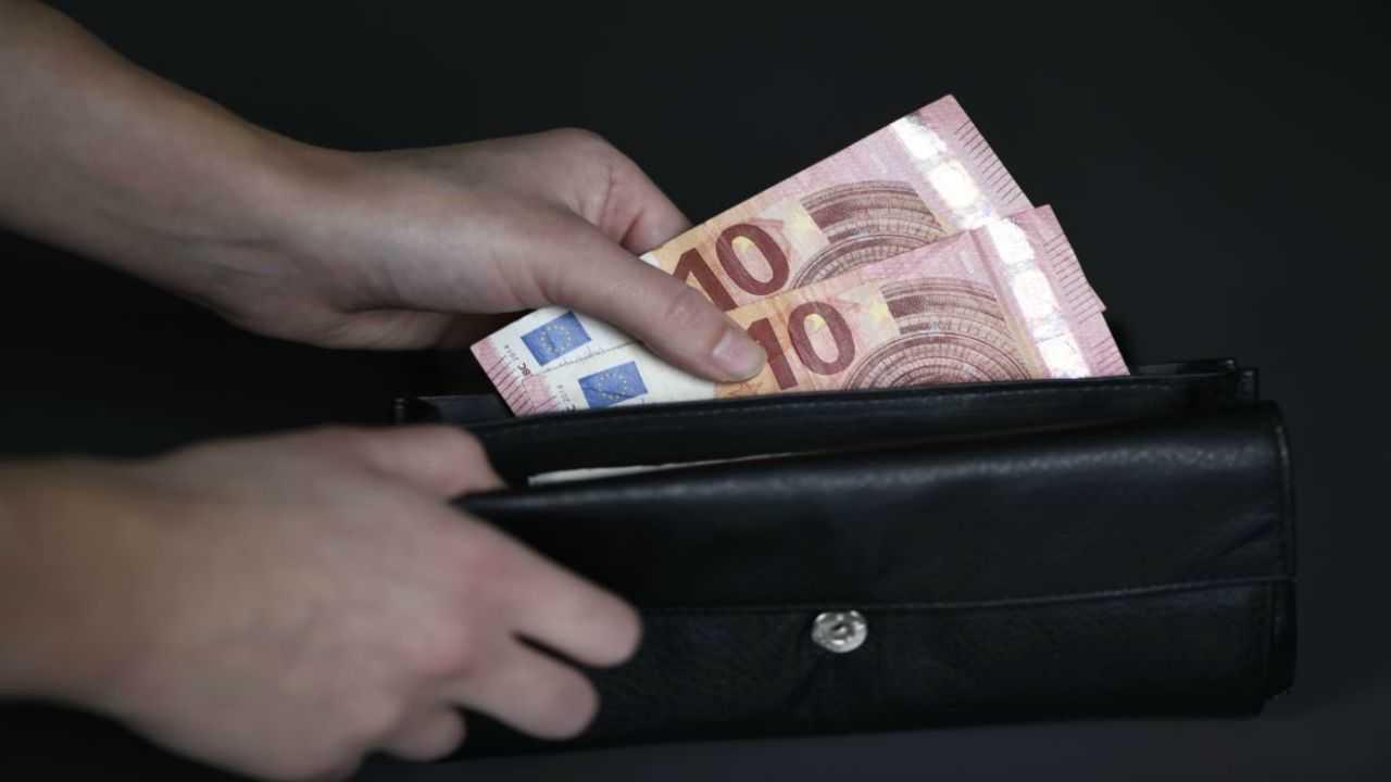 Immigrato trova e restituisce portafoglio con 400 euro. il Sindaco:
