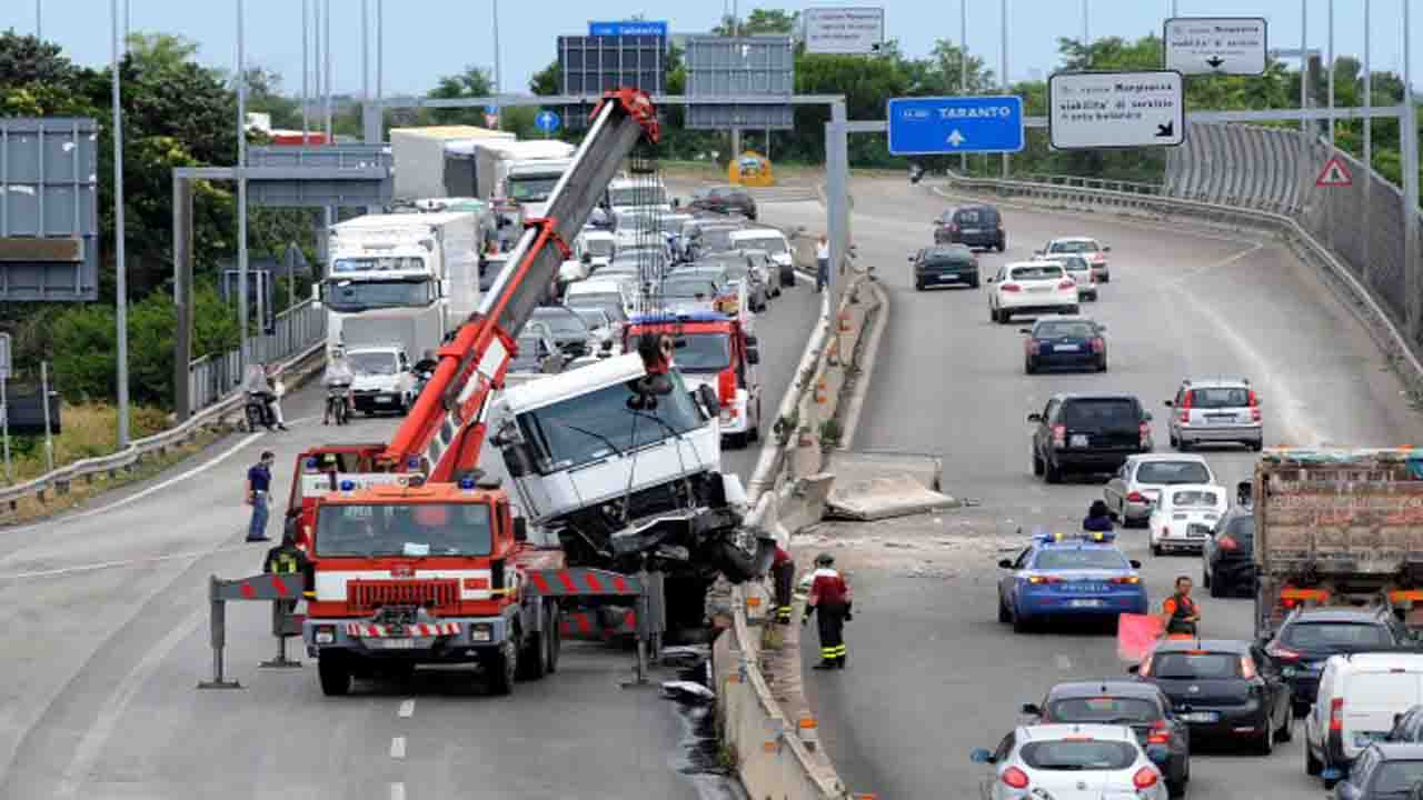 Scontro sulla statale 100, tre vittime e tre feriti. Strada