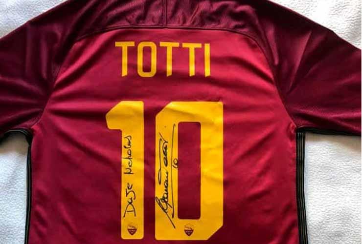 La maglia che Francesco Totti ha regalato a Nicholas Kanda
