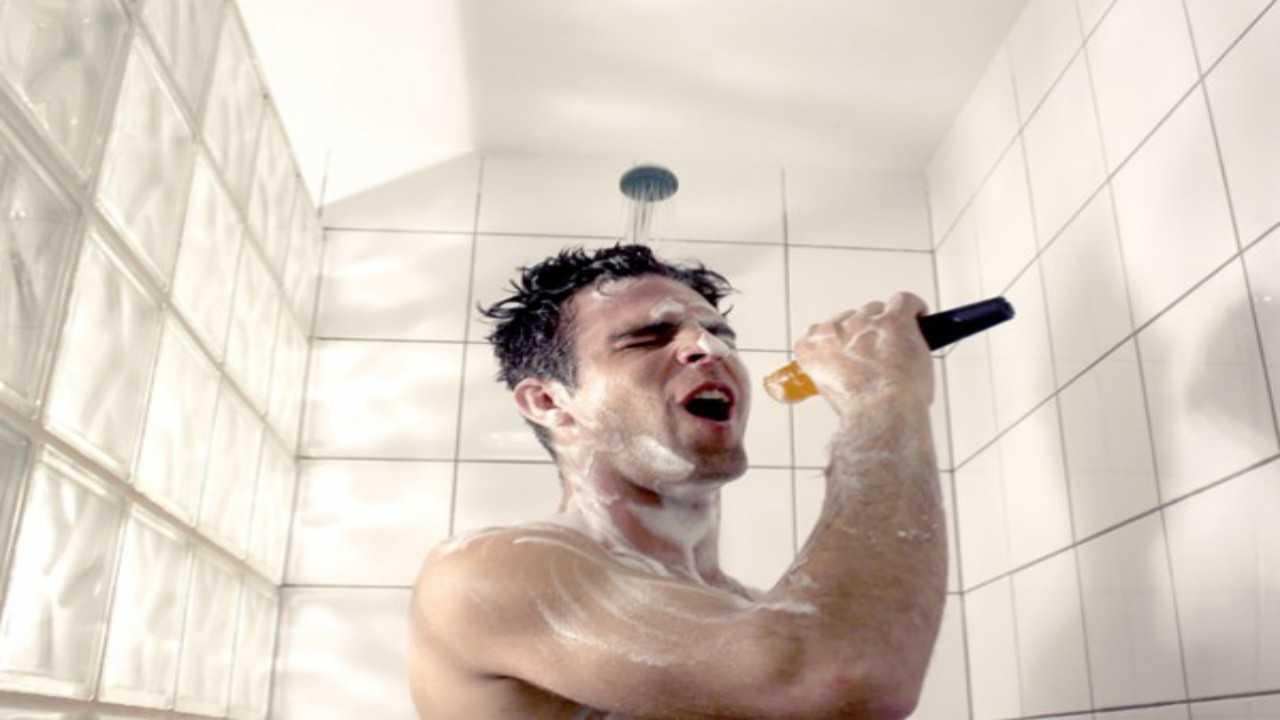 Sai perchè cantiamo sotto la doccia? Rispondono gli esperti!