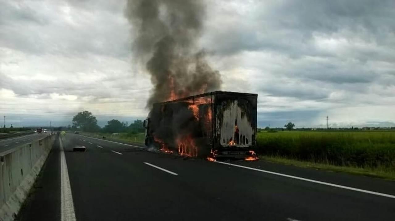 Incendio di un tir sulla A4: circolazione bloccata, si indag