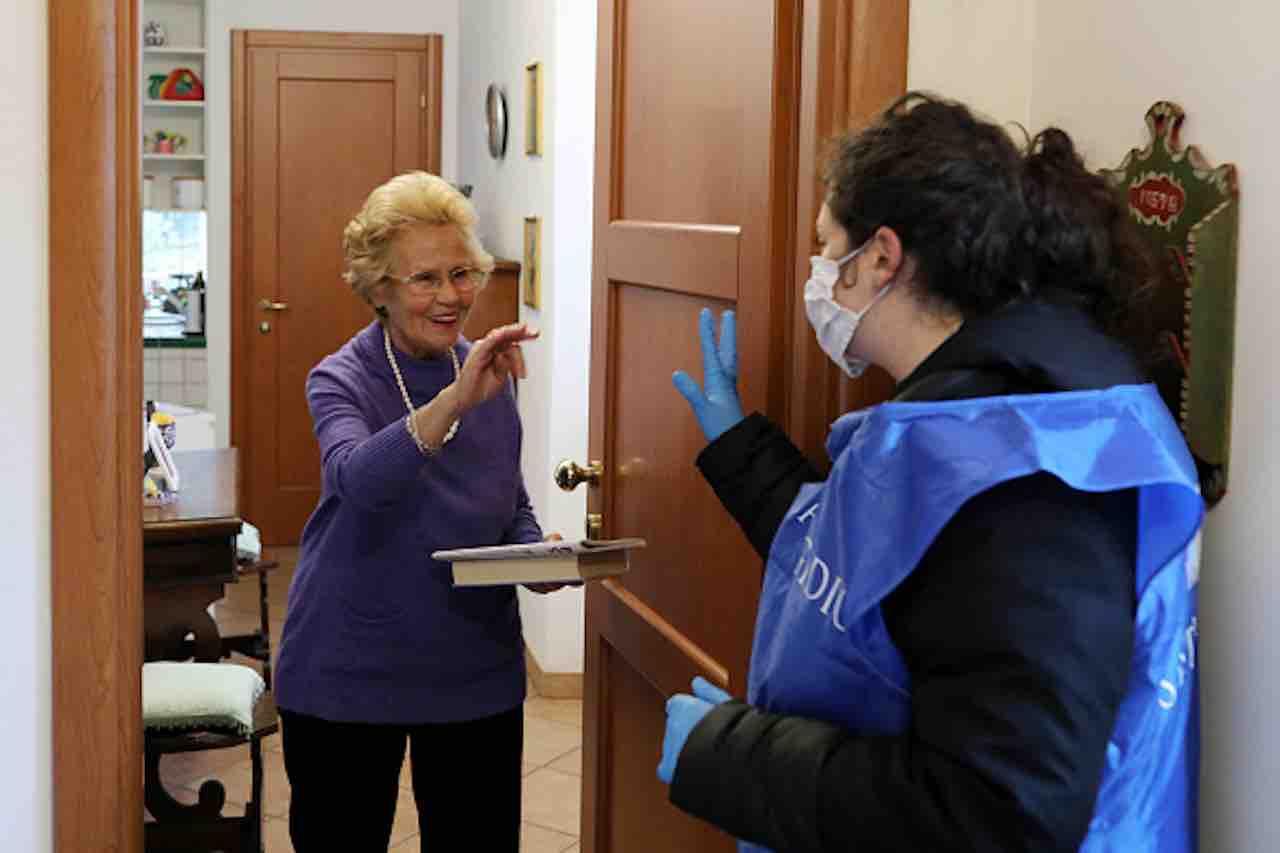 Coronavirus, personale della casa di riposo in quarantena, 83 anziani soli (Getty) - meteoweek.com
