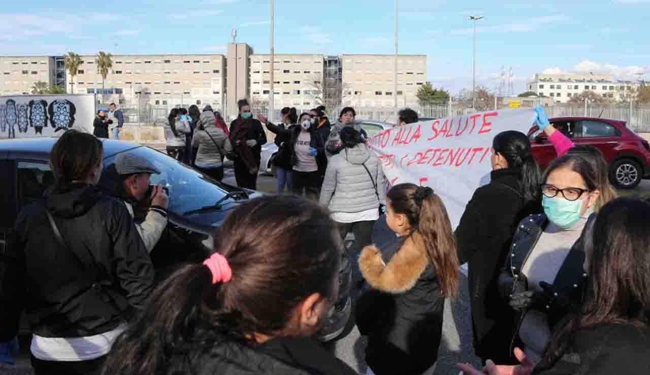 """Coronavirus, detenuti Poggioreale di Napoli in protesta: """"Zero sicurezza"""""""