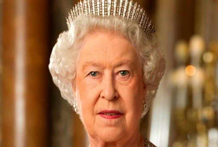 Paura per la Regina Elisabetta: il suo valletto positivo al COVID-19