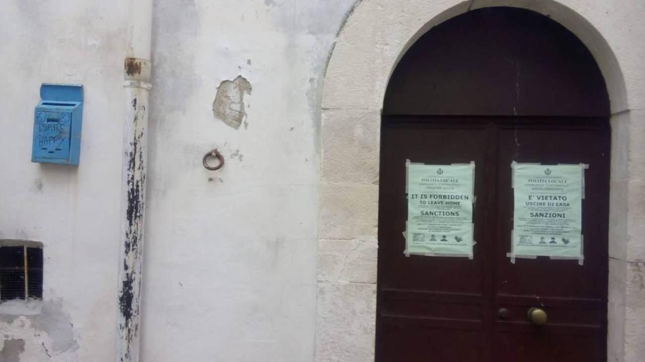 Coronavirus, in Puglia avvisi sulle porte degli immigrati: razzismo?
