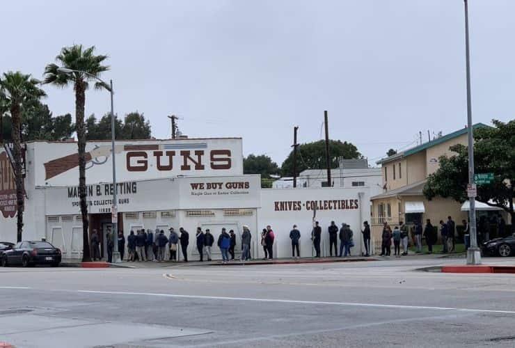 fila per acquisto di armi - usa coronavirus