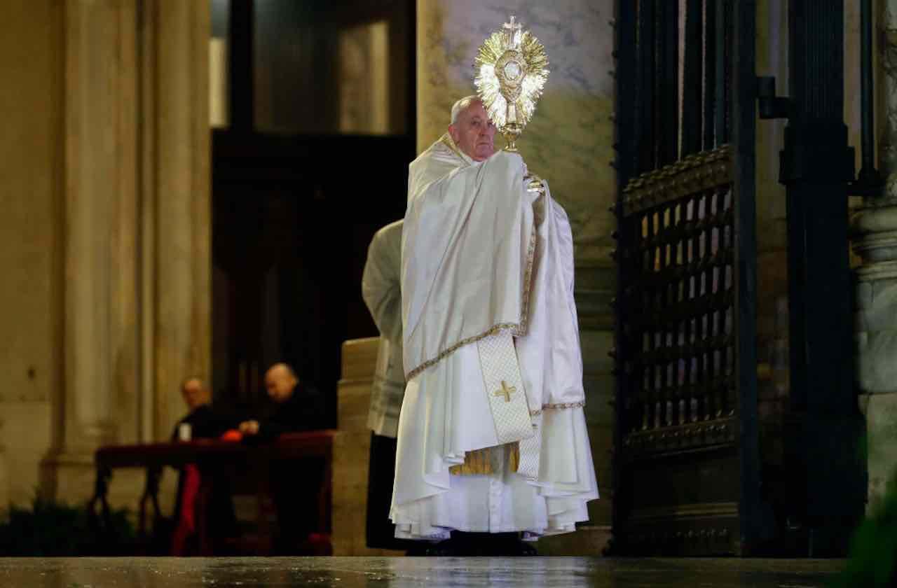 """Coronavirus, Papa Bergoglio: """"Siate generosi, c'è chi si sta"""