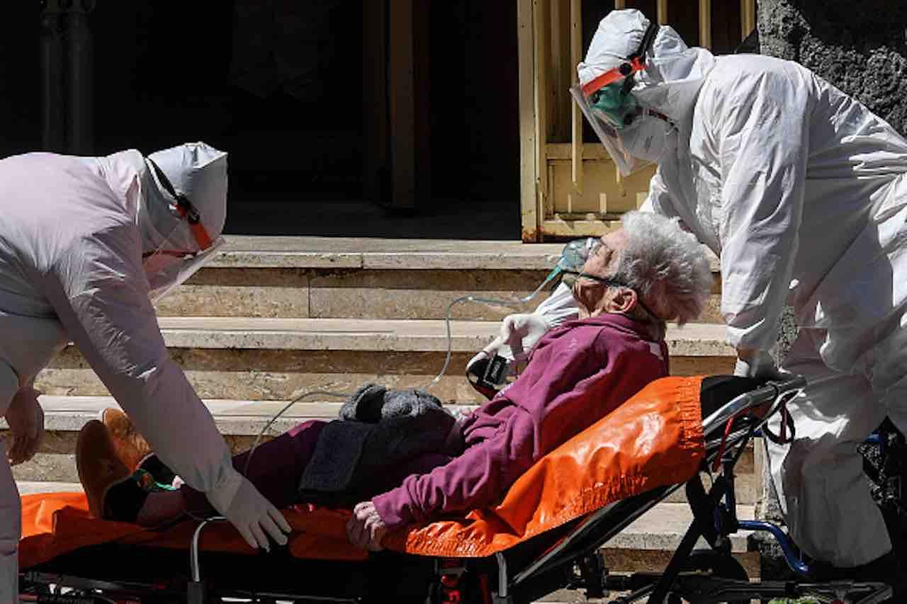 8 mln di anziani con malattie croniche emergenza non deve fermare le cure (Getty) - meteoweek.com