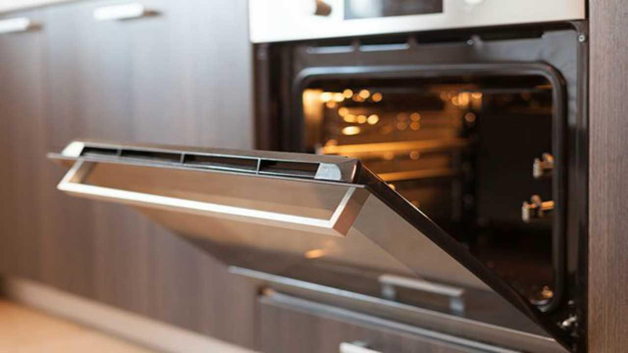 Pulire il forno senza detersivi, si può. Ecco come fare!