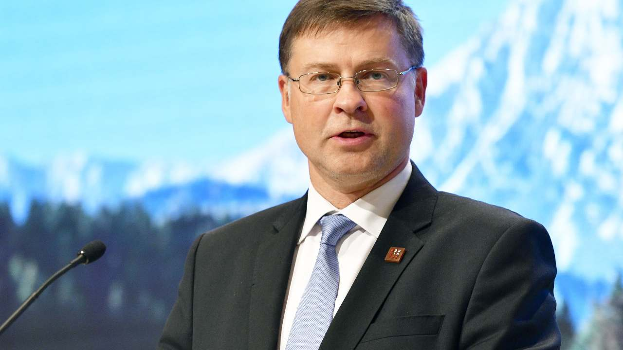 "Dombrovskis, messaggio all'Italia: ""Recovery fund? Soldi sol"