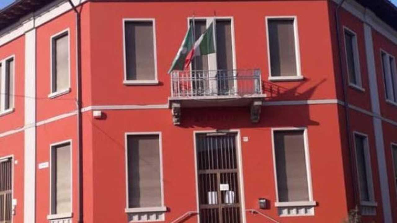 Fuori dal municipio sparisce la bandiera dell'Unione Europea