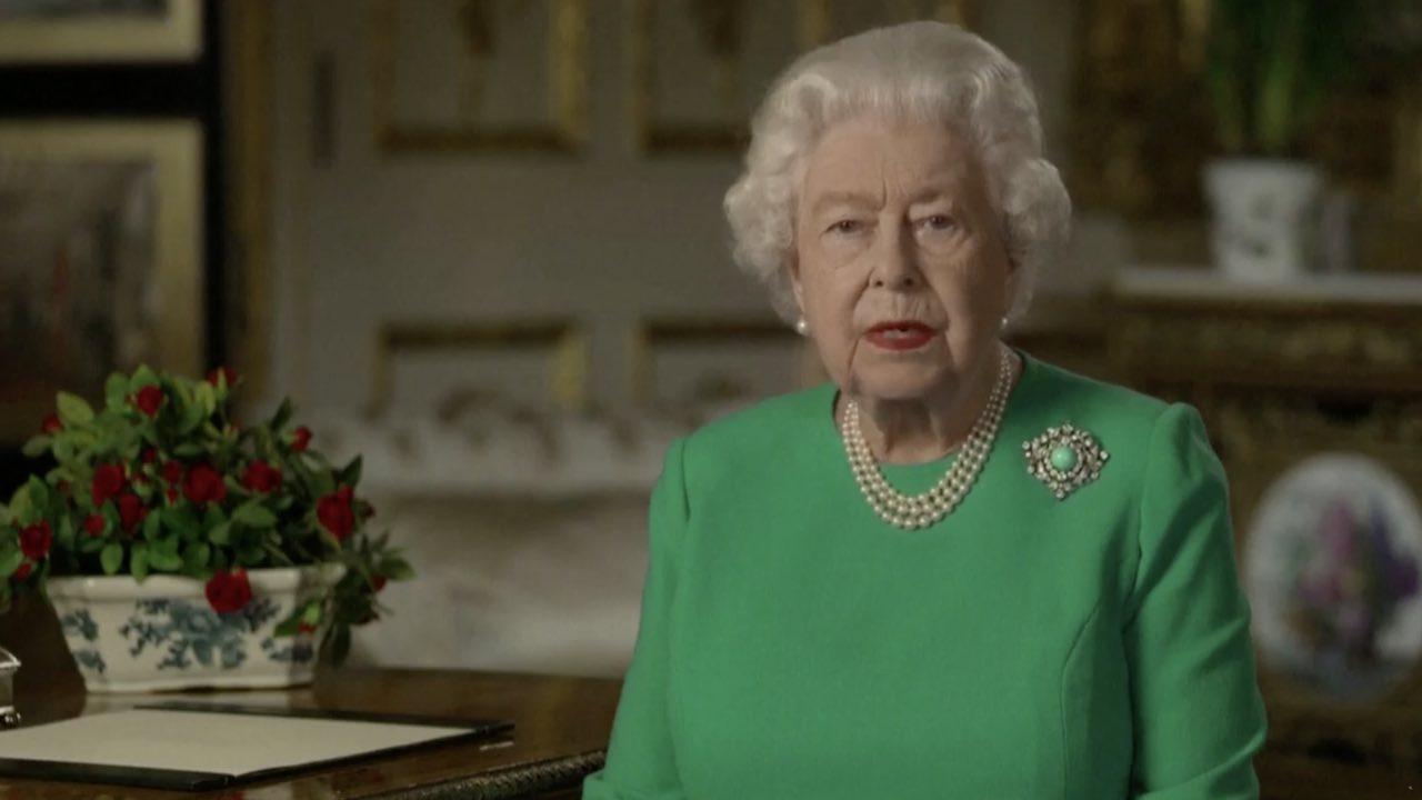 """Coronavirus, Regina Elisabetta: """"Siamo sconvolti, ma vincere"""