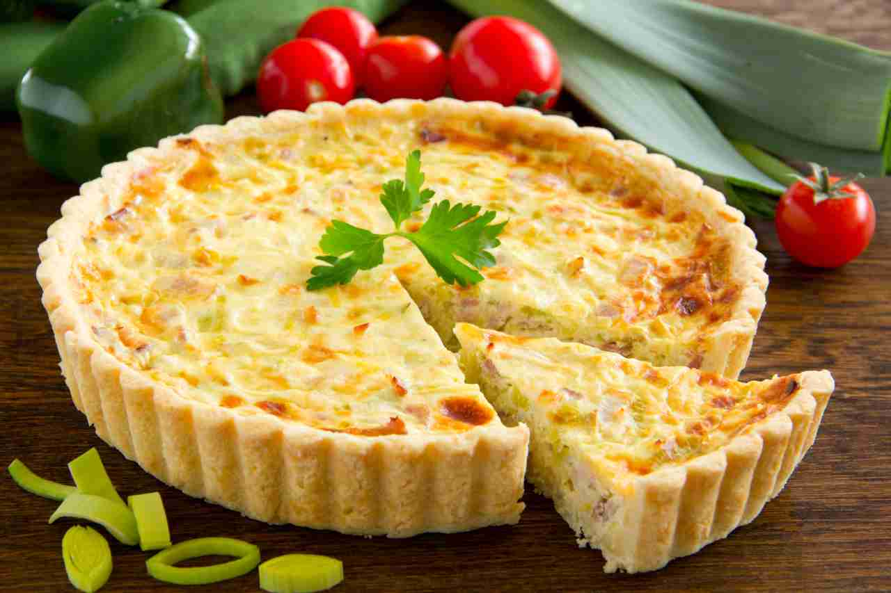 Torta salata provola e ricotta | Un morbido trionfo di sapor
