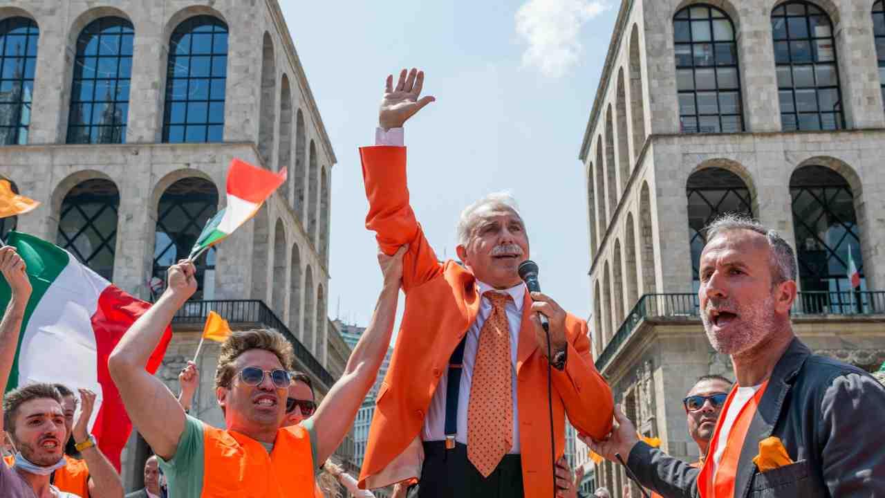 Corteo gilet arancioni, folla e niente mascherine: denunciato Pappalardo