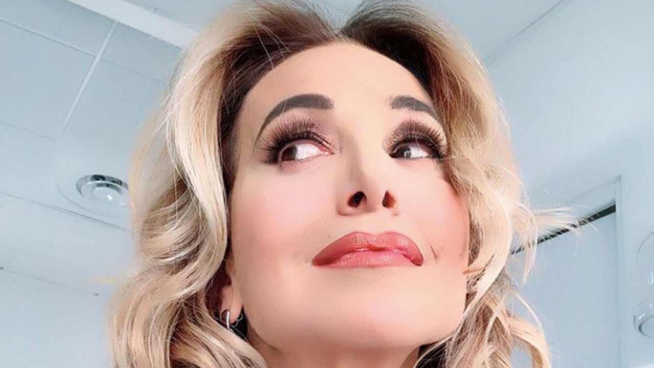Barbara D'Urso spettinata e senza trucco: la foto appena sve