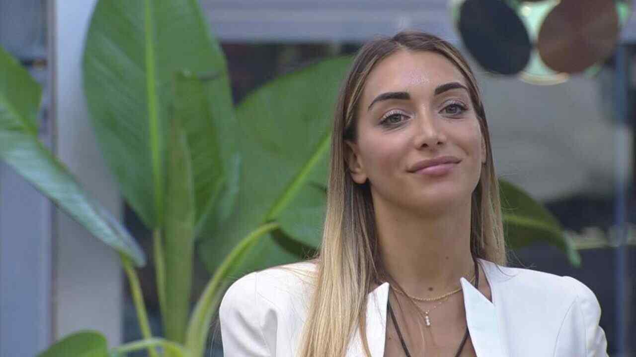 "Elisa De Panicis consiglia la ""mattutin music"". Il web esplo"