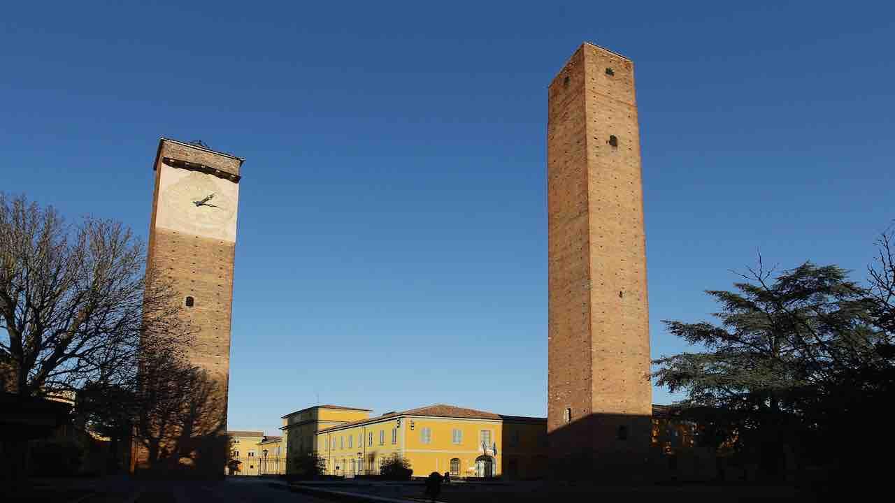 Pavia: multa di 400 euro ad un ragazzo per aver abbracciato
